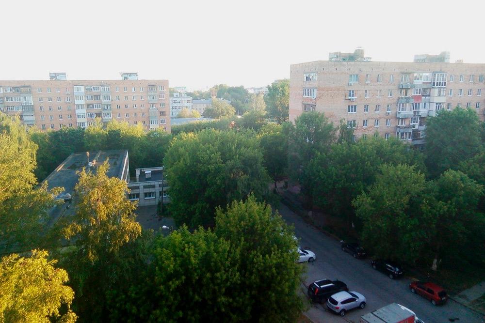 Вид с балкона съемной квартиры. Вдалеке виден Нижегородский кремль