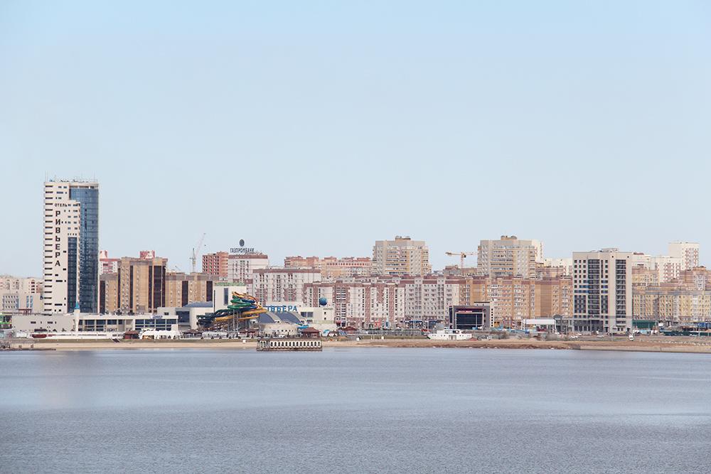 Вид на набережную реки Казанки. В левой части фотографии — аквапарк «Ривьера»