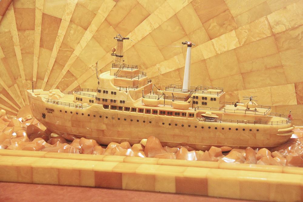 В экспозиции музея есть модель атомного ледокола «Ленин». Камни, изображающие лед, изначально были белыми, но со временем окислились и пожелтели