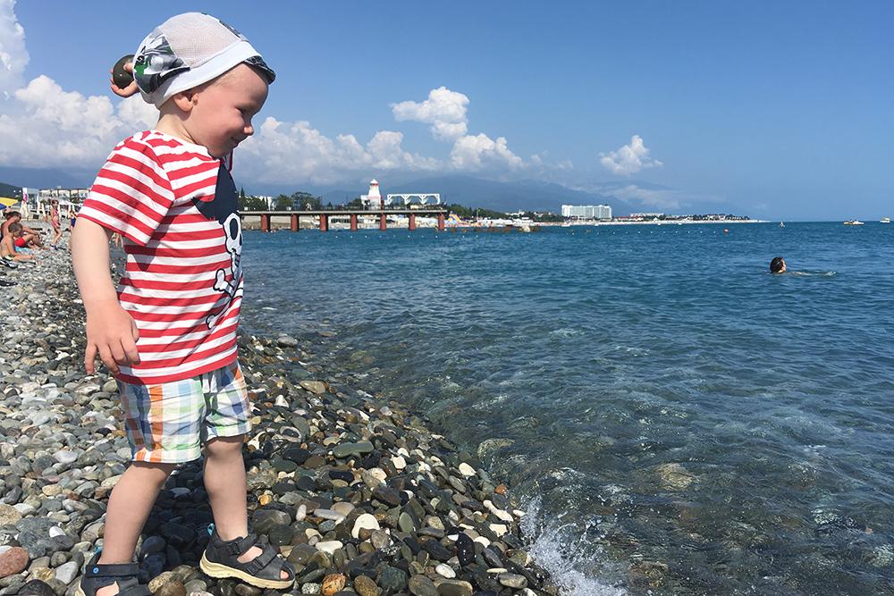 На пляже в Олимпийском парке чистая вода и много маленьких камней, с которыми любят играть дети