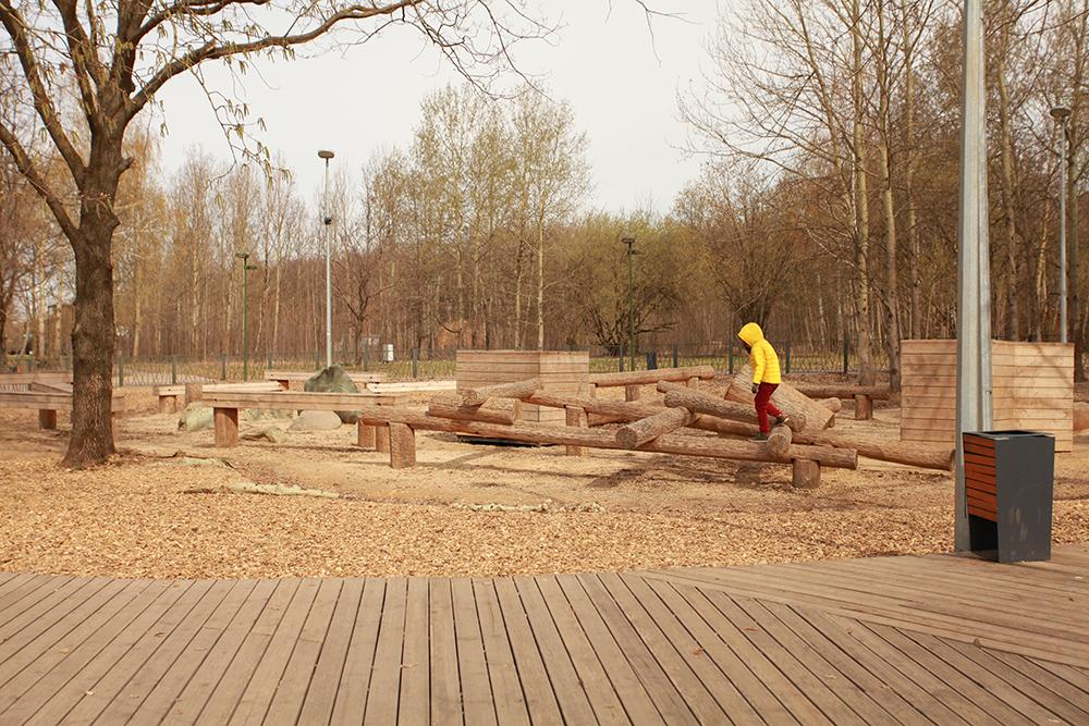 В парке много современных площадок и активностей для детей, которые не встретишь в обычных дворах