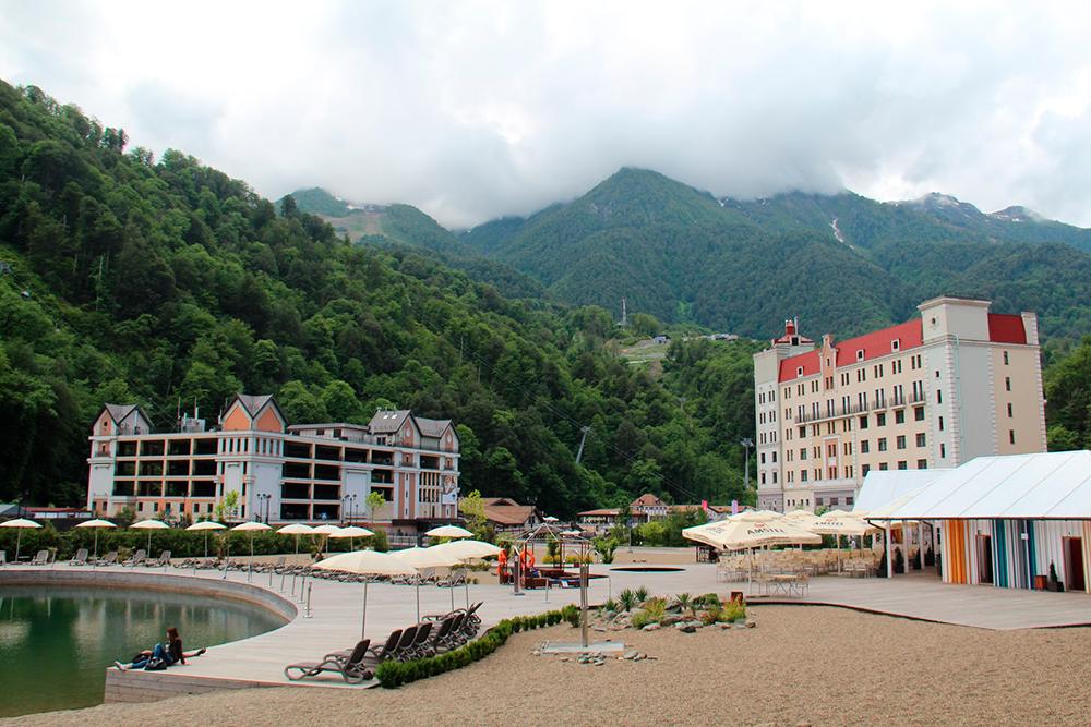 На горном пляже дежурят спасатели, есть кабинки для переодевания, бар и детская комната с аниматором