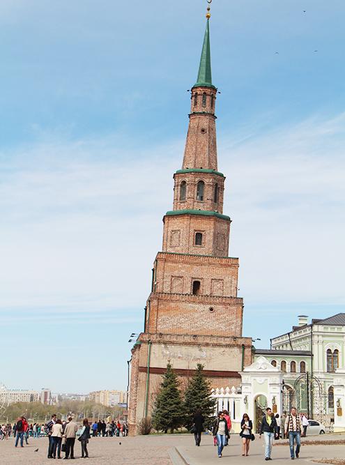 Башня Сююмбике наклонена почти на 2 метра. От падения ее удерживает металлический каркас в основании
