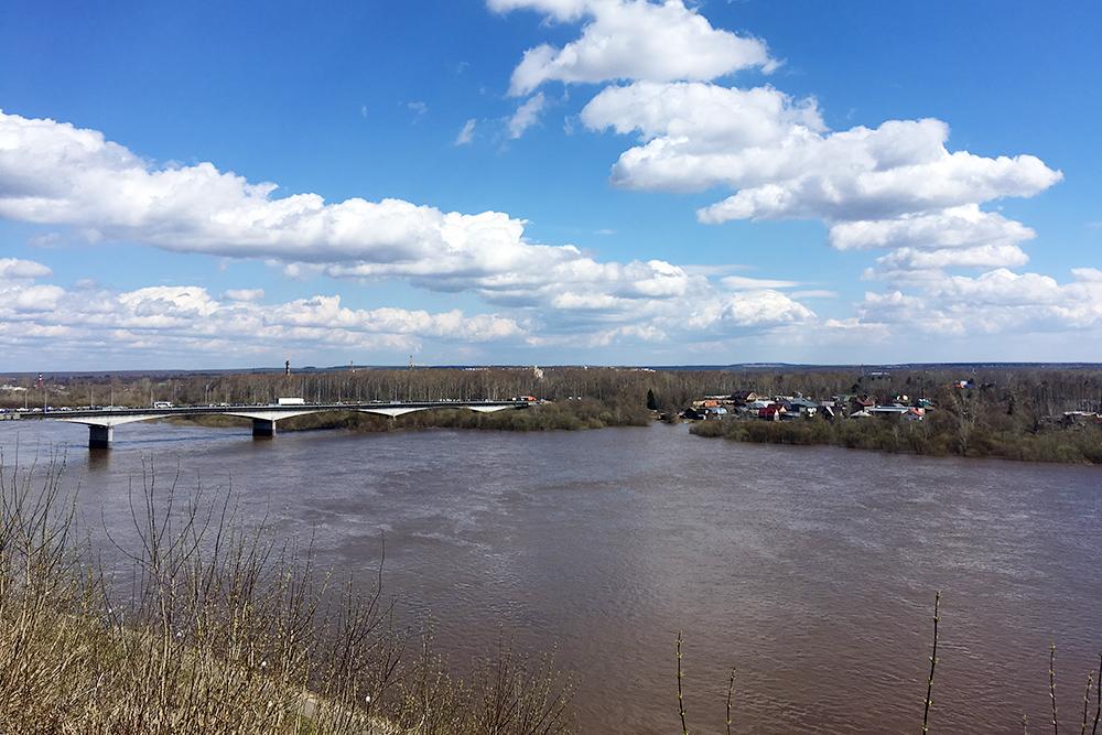 Вид на реку Вятку. На другом берегу находится Дымковская слобода