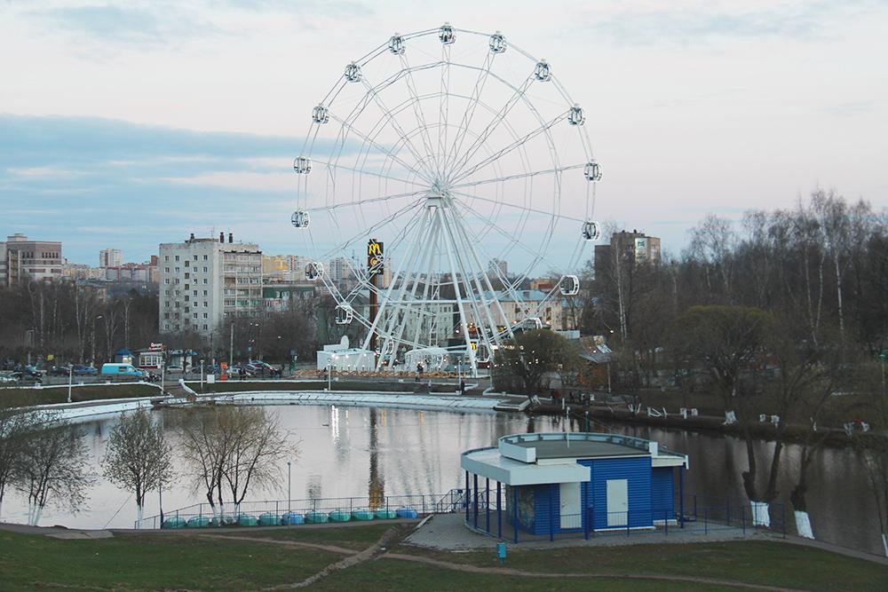 Рядом со зданием цирка есть парк, пруд с утками, колесо обозрения и детские аттракционы