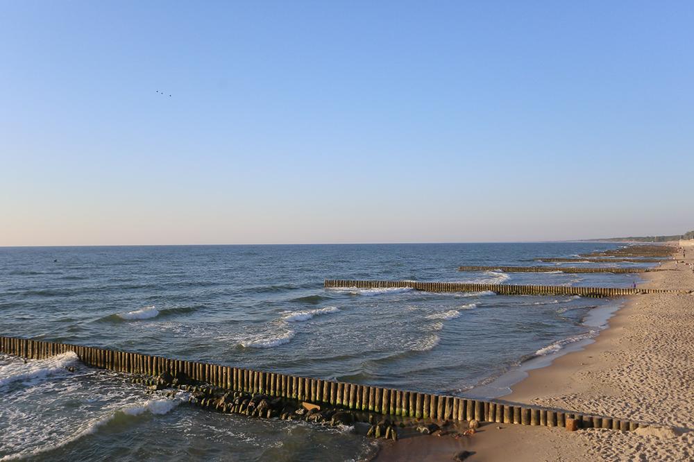 Пляж в Зеленоградске. Волнорезы установлены через каждые 50 метров, чтобы песок с узкого берега не смывало в море