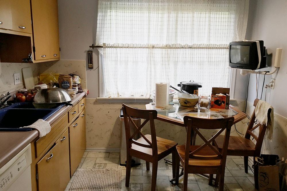 Нанашей кухне был маленький стол, авгостиной — большой. Вся техника ипосуда были наместе
