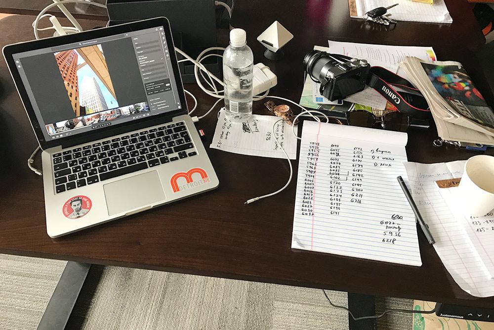 Мой рабочий стол. Высота регулировалась кнопкой — очень удобно
