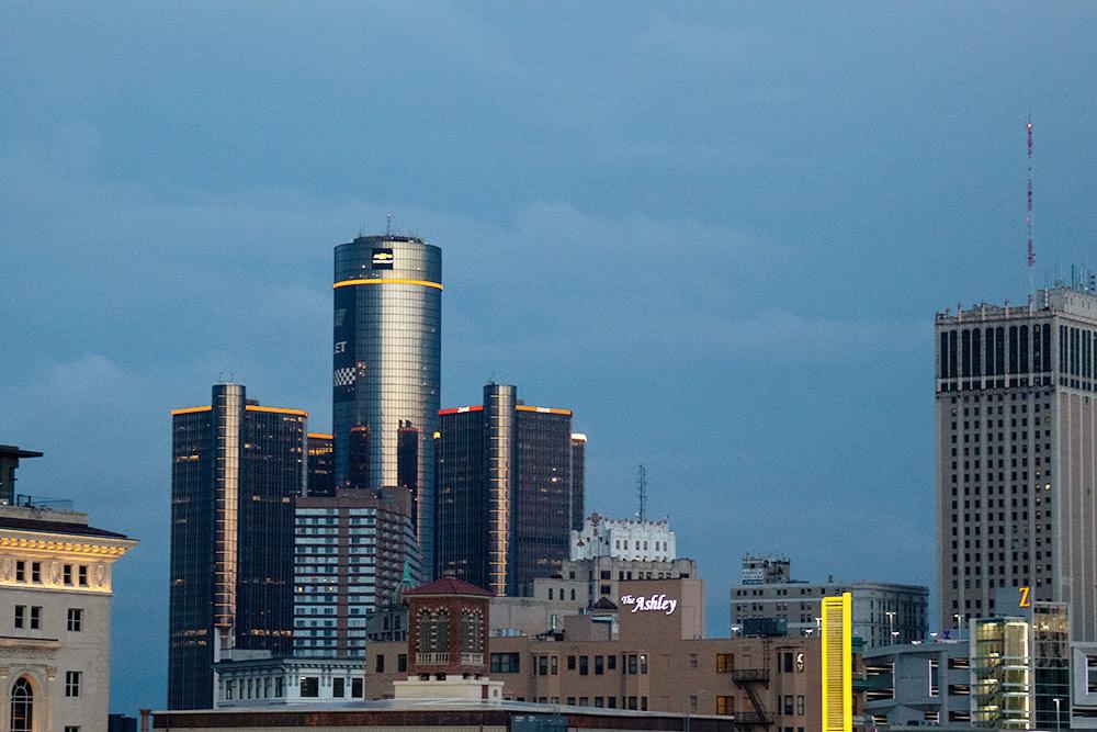 Вэтих небоскребах расположен штаб «Дженерал-моторс». Туда можно сходить наэкскурсию