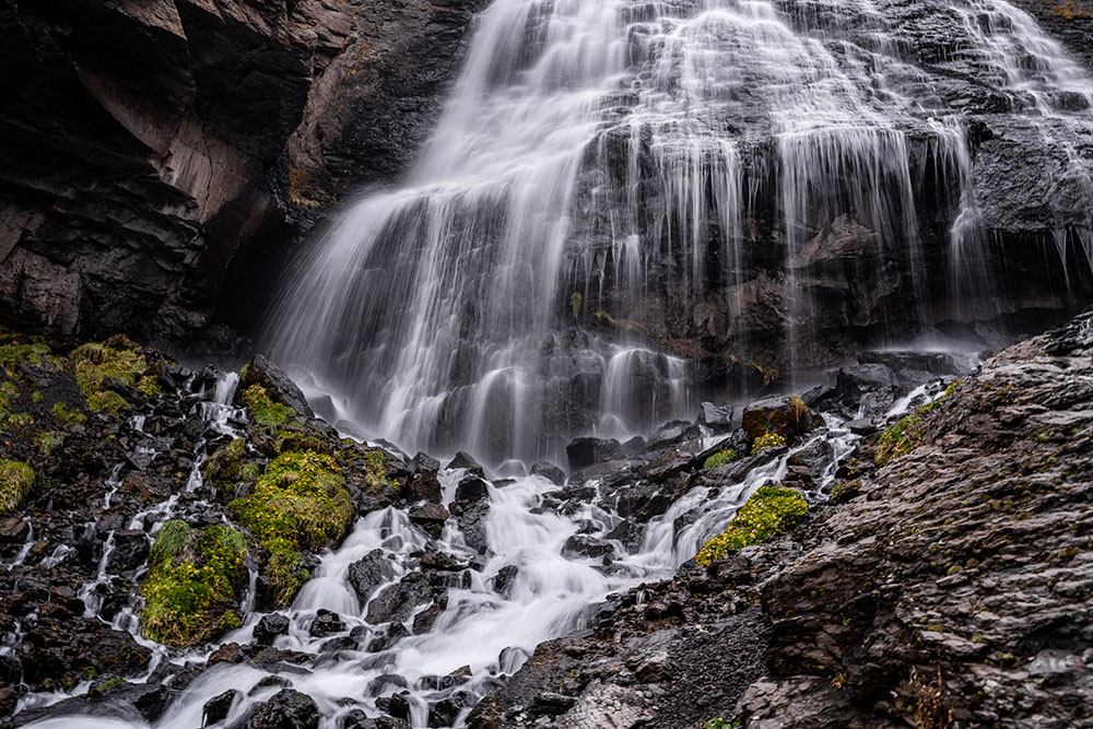 Летом некоторые туристы пытаются купаться в водопаде, но вода ледяная