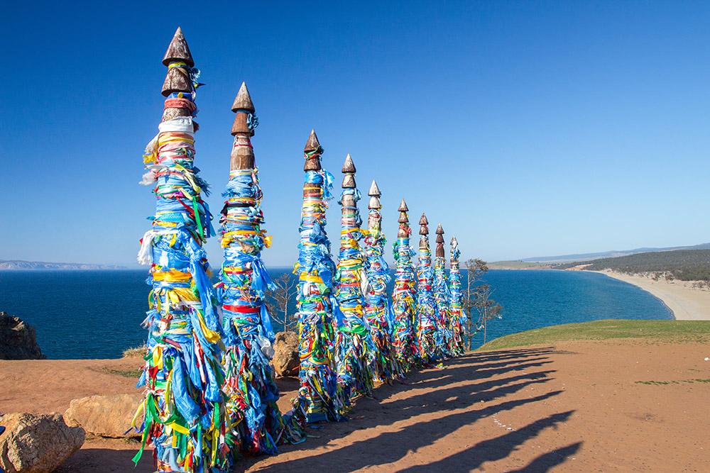 На острове Ольхон проживали шаманисты, и до сих пор часть населения поклоняется духам иприроде, но повязать ленту на столбе может любой желающий