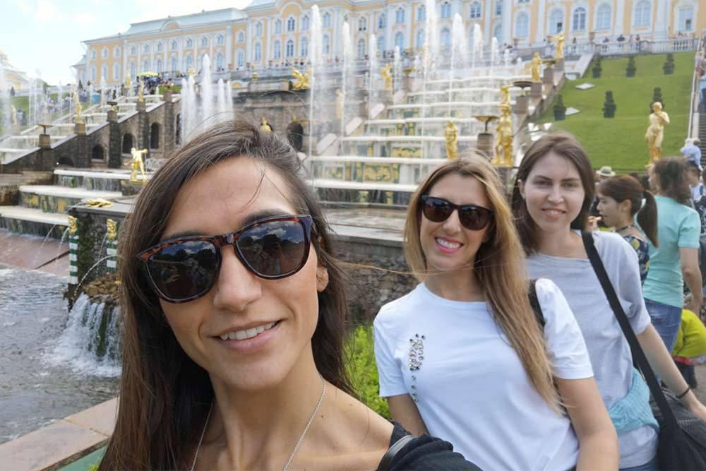 Мои испанские подруги и я в Петергофе. Сначала девушки возмущались, что иностранцы платят за вход 900<span class=ruble>Р</span>, а россияне — 450<span class=ruble>Р</span>. Но когда увидели фонтаны, сказали, что оно того стоило