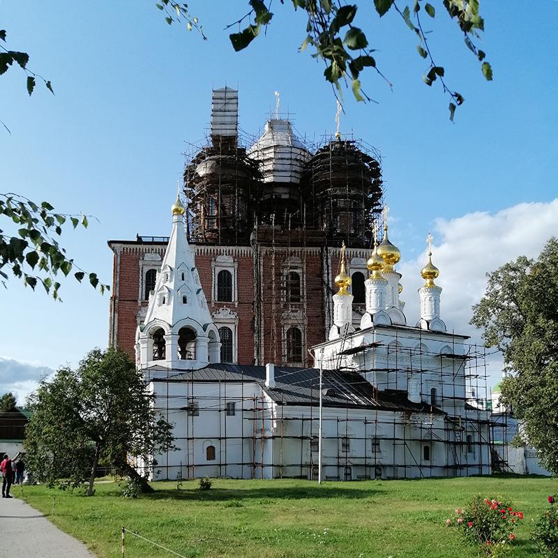 Всентябре 2020года церковь Богоявления иУспенский собор находились нареставрации, ностроительные леса немешали нам любоваться архитектурой