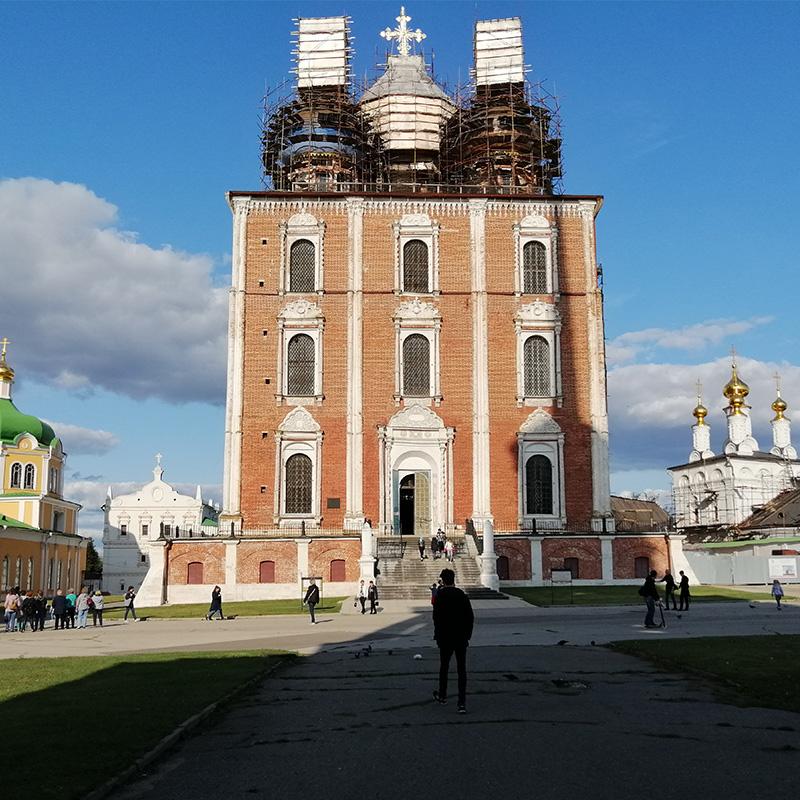 Успенский собор стоит вцентре кремля, слева отнего Христорождественский собор, справа— Спасский монастырь