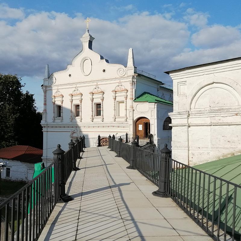 ОтУспенского собора коДворцу Олега ведет дорожка, скоторой можно вблизи разглядеть детали отделки здания