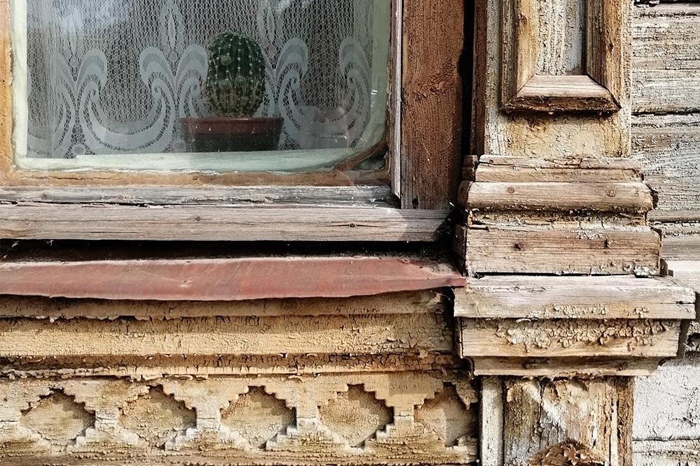 На улице Щедрина интересно разглядывать детали домов