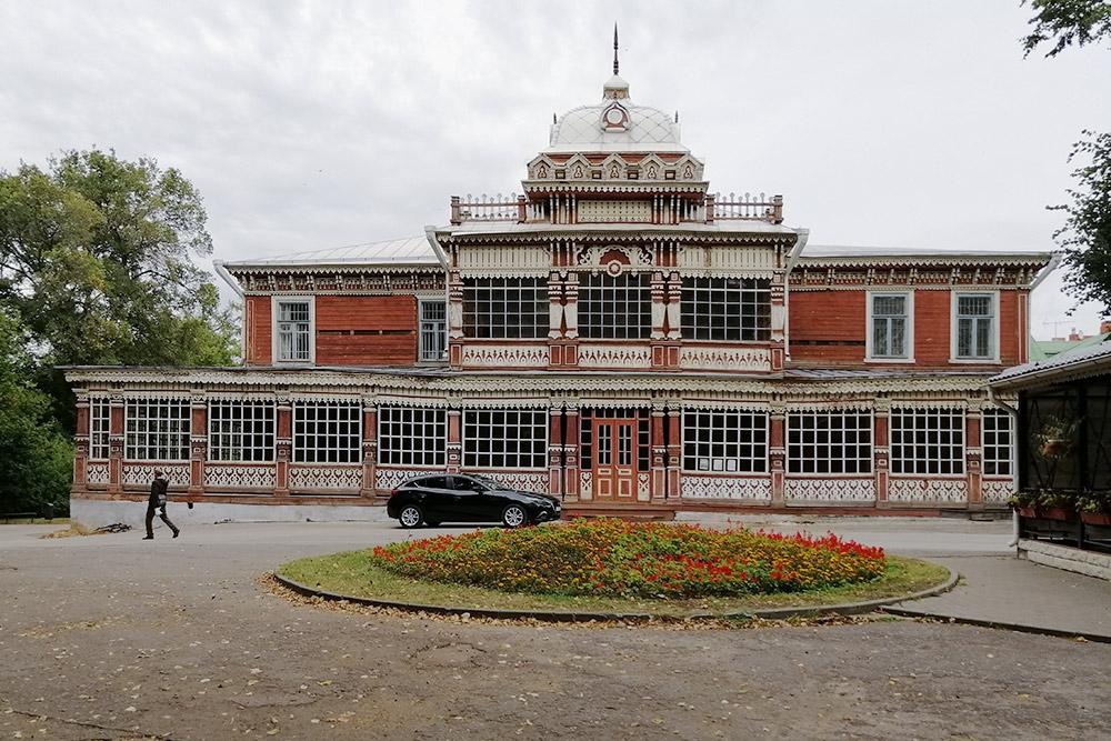 Здание Летнего клуба Дворянского собрания выглядит нарядным и легким
