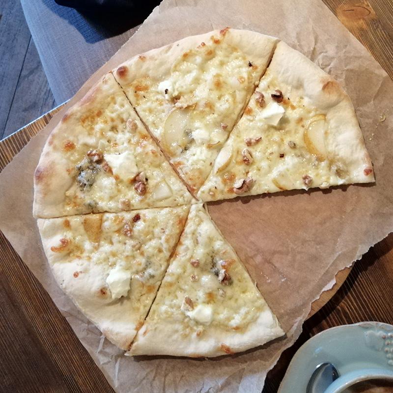 Пицца сгоргонзолой неочень большая, ноочень вкусная