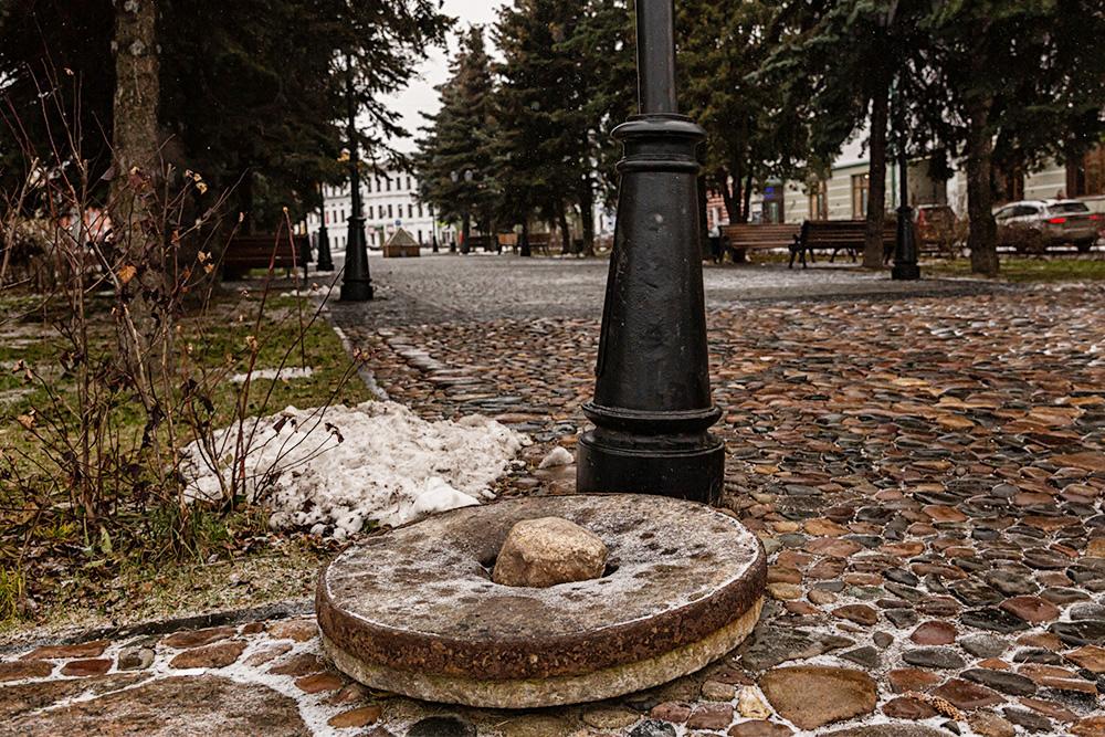 В брусчатку заложили старинные жернова в память о главном рыбинском бизнесе. Источник: Татьяна Акимова