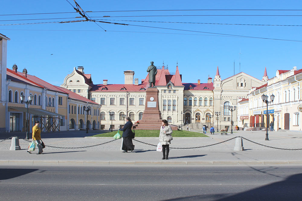 Красная площадь и музей Рыбинска в здании бывшей хлебной биржи. Перед музеем — памятник В. И. Ленину, но необычный. Во-первых, вождь пролетариата стоит нацарском постаменте — раньше здесь был памятник Александру II. Во-вторых, Ленин тут взимнем — в каракулевом пальто помоде 50-х годов 20 века и шапке, а рука, которая обычно указывает на путь к победе коммунизма, заложена заворот пальто