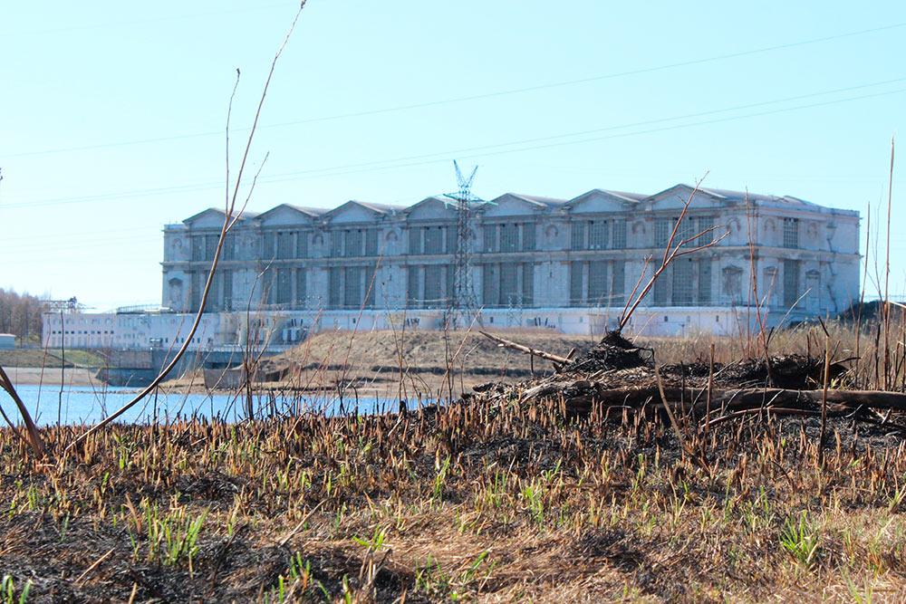 Рыбинская ГЭС. Изначально ее хотели строить под Ярославлем, но потом перенесли в Рыбинск. Если бы проект не изменили, Рыбинск бы затопило водами водохранилища