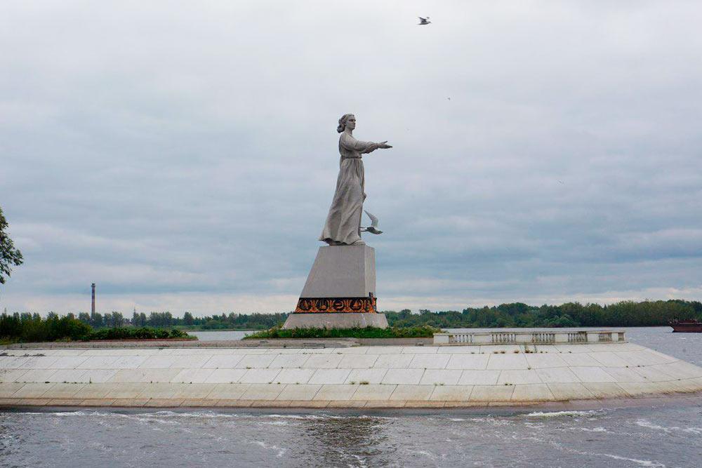 Перед шлюзами всех встречает монумент «Мать-Волга». Одной рукой женщина приветствует проходящие корабли, а другой сжимает свитки чертежей