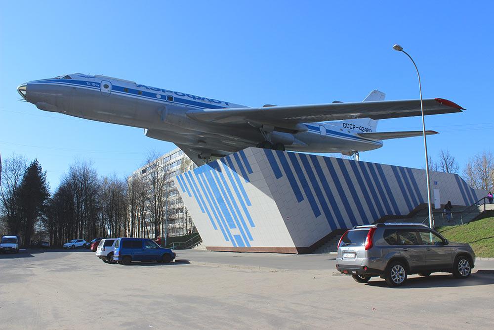 В Рыбинске есть микрорайон моторостроителей с одноименной улицей, на которой уже лет 40 стоит настоящий самолет Ту-104А. В 2016 году «Сатурн» отмечал свое столетие и по этому поводу выделил бюджет, чтобы отремонтировать памятник