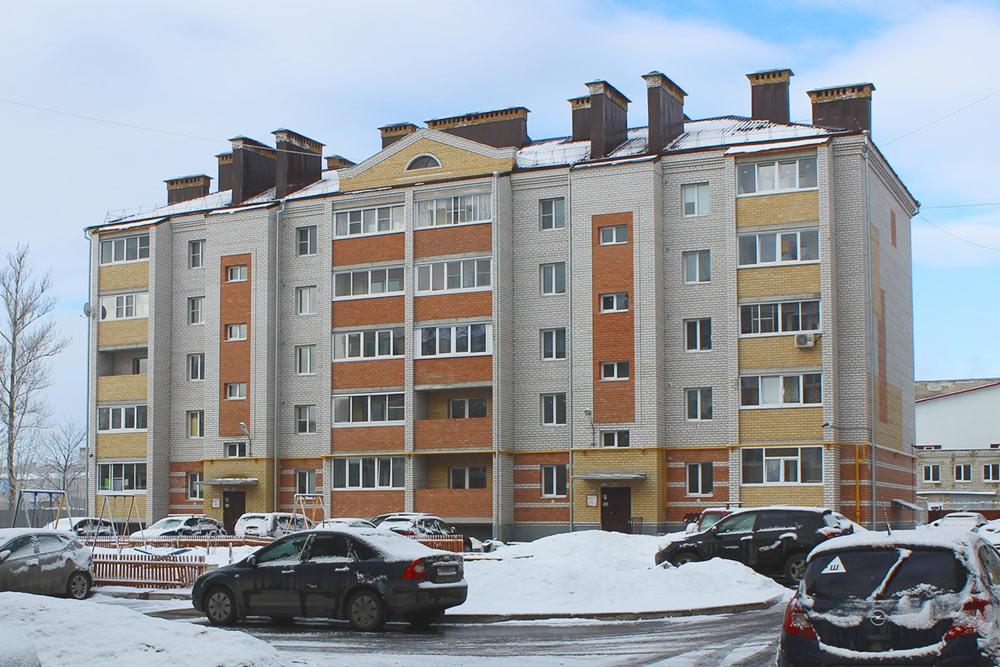Типичная новостройка в Рыбинске. Застройщик «Зевс» построил такие во многих районах Рыбинска. Рядом супербюджетная детская площадка: пара качелей, песочница, качели-весы, скамейки