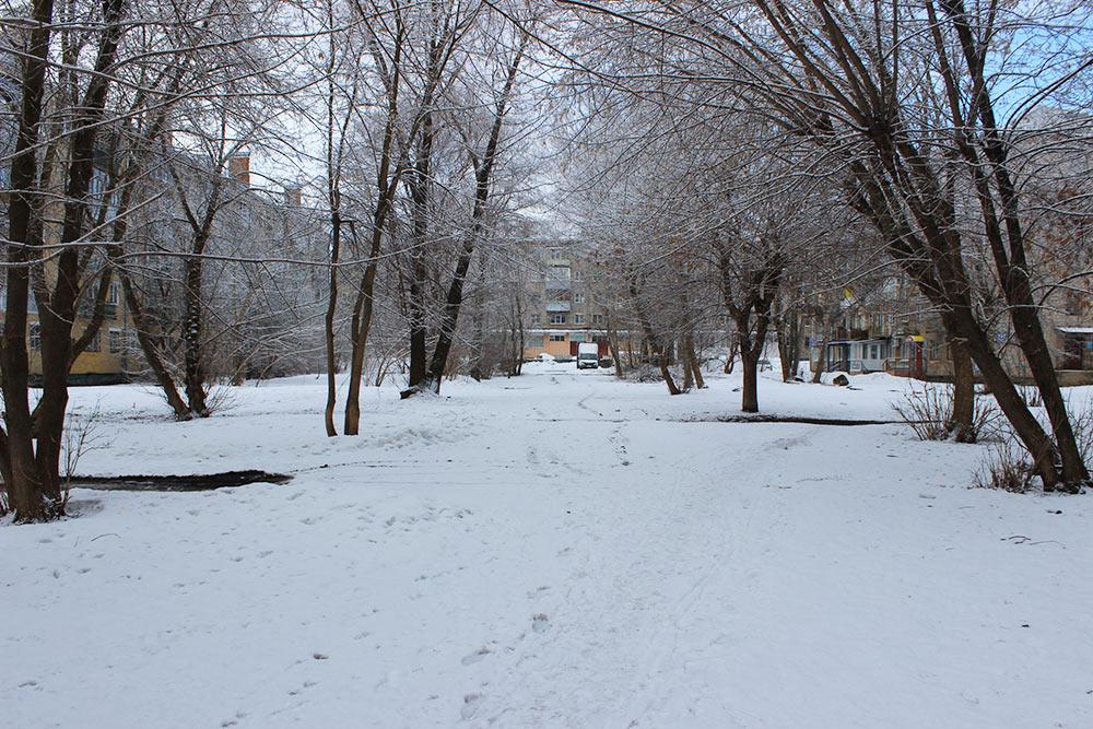 А этот двор за домом, где я живу. Хотя он находится в центре города рядом с набережной, тут нет ни детской площадки, ни парковки, ни дорожек