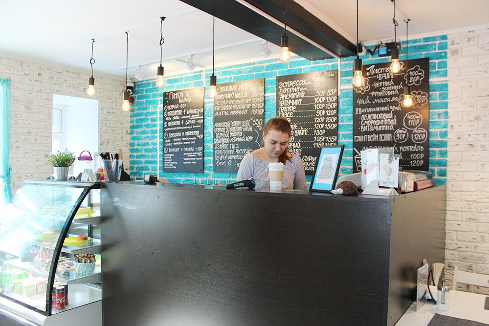 Маленькое кафе, где можно купить кофе навынос. Большой капучино стоит 130 рублей — вполне доступно