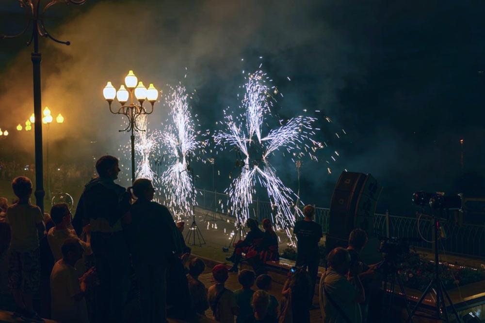 Вечером на парадной лестнице Рыбинска, по которой в 1767 году в город поднималась Екатерина Вторая, устроили праздничный концерт с фейерверками. Эти события уже стали хорошей традицией в городе. Фото ИА «Черемуха»