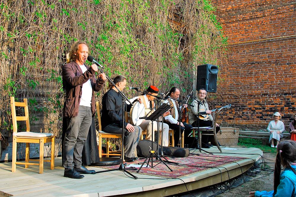 Митя Кузнецов с сербской группой «Бело Платно» на своем усадебнике. Фото Юлии Галанцевой