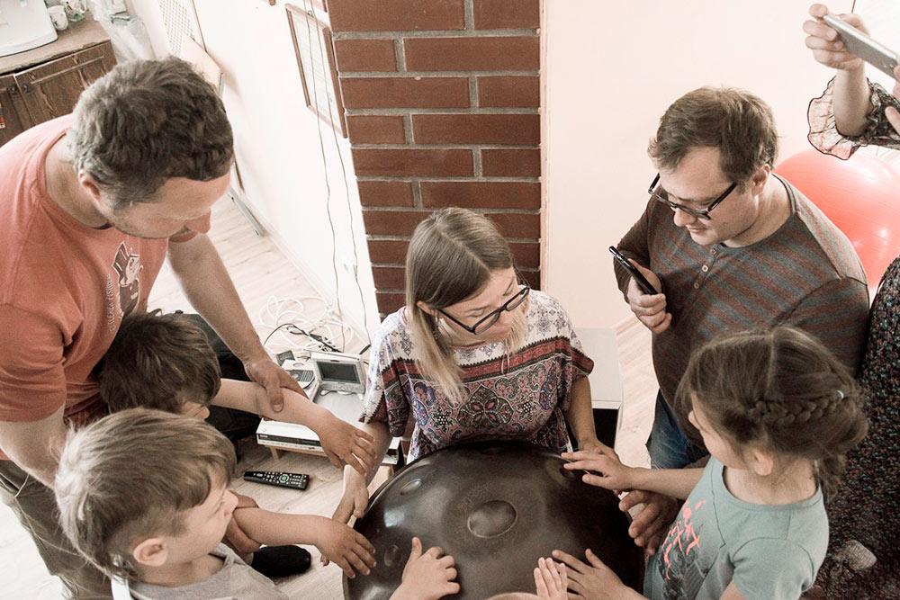 В местном йога-центре проходят неформальные концерты для детей, где музыканты не только играют, но и рассказывают детям истории о музыке. А дети не сидят неподвижно в креслах, а ходят, качаются в гамаках, общаются и пробуют играть на инструментах. Фото Любови Вилянской