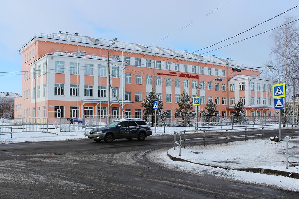 Средняя школа, где учатся мои старшие дети. В 2011 году здесь прошел капитальный ремонт, но само здание старое, классов на всех не хватает, поэтому дети учатся в две смены