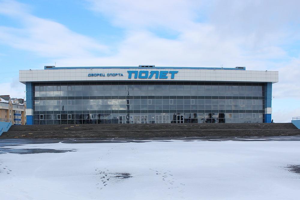 Во дворце спорта тренируются хоккеисты, танцоры и другие спортсмены. А еще его используют как площадку для выступлений приезжие звезды