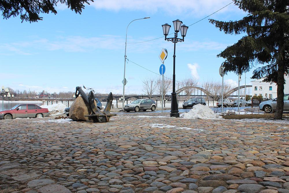 В пешеходной зоне на бульваре Ушакова активные горожане своими руками вымостили участок камнями, которые нашли под асфальтом здесь же в начале ремонта