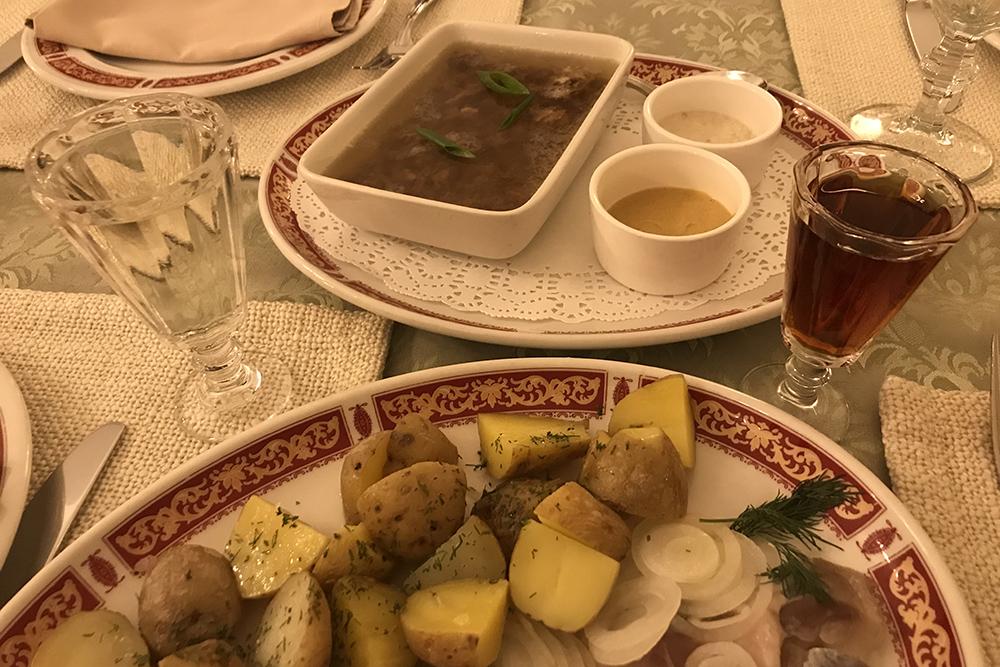 Селедка с картошкой и холодец с горчицей и хреном идеально сочетаются с крепким алкоголем