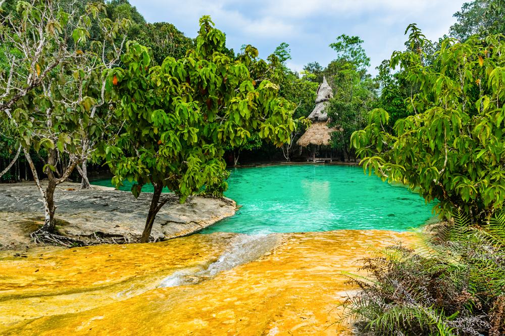 Са-Моракот — изумрудное озеро в провинции Краби. Его уникальность в том, что вода меняет цвет в зависимости от освещения и времени суток