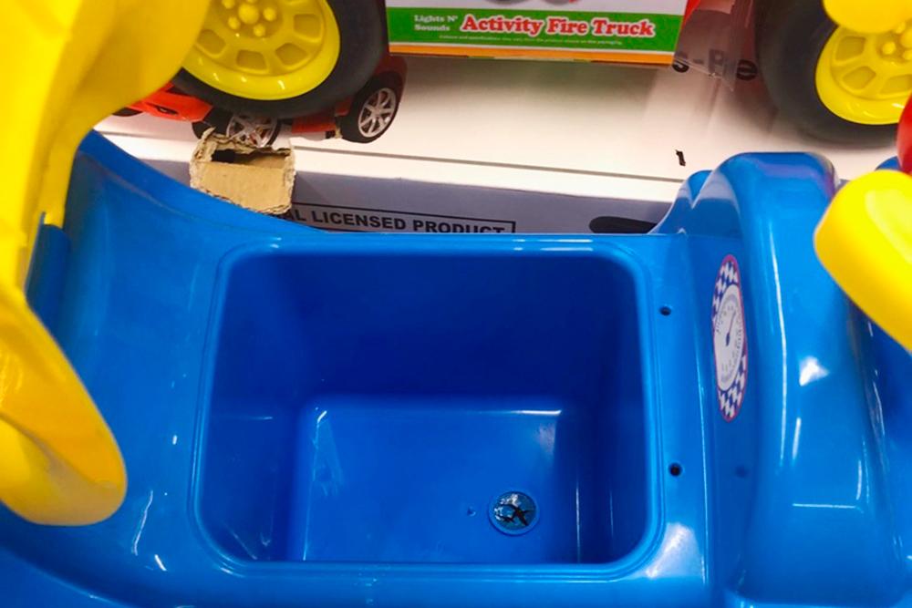 Я бы не стала покупать такую машинку: пластик внутри треснул и может поцарапать ребенка