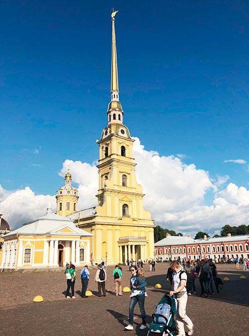 Внутри Петропавловской крепости приятно просто погулять, необязательно ходить по музеям