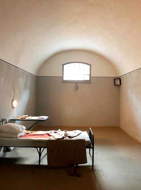 В экспозицию включено два этажа. В основном это тюремные камеры, почти не отличающиеся друг от друга, карцер и баня