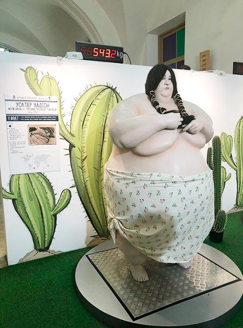 Рядом с самым толстым человеком стоят весы, чтобы проверить, насколько вы стройнее