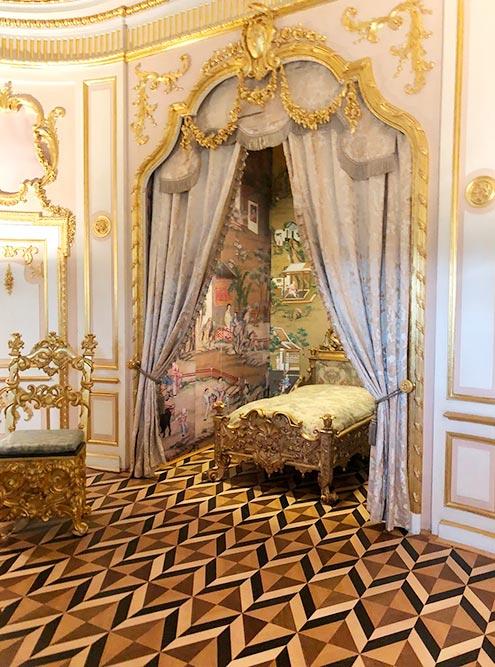 Экскурсия по дворцу длилась не дольше 20 минут. За это время можно посмотреть, где цари отдыхали, решали государственные вопросы и устраивали званые ужины