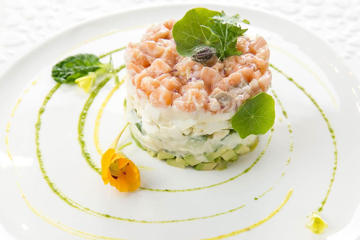 Самый заметный, верхний, слой салата — это маринованная рыба. Чтобы ее освежить и сделать аппетитнее, можно пройтись по выступам кисточкой с маслом. Этот прием хорошо работает с мясом, помидорами и ягодами. Без зелени и соуса салат смотрится одиноко и скучно. Но зелень не должна заветриться или потемнеть, поэтому ее хранят в холодильнике и достают только перед съемками