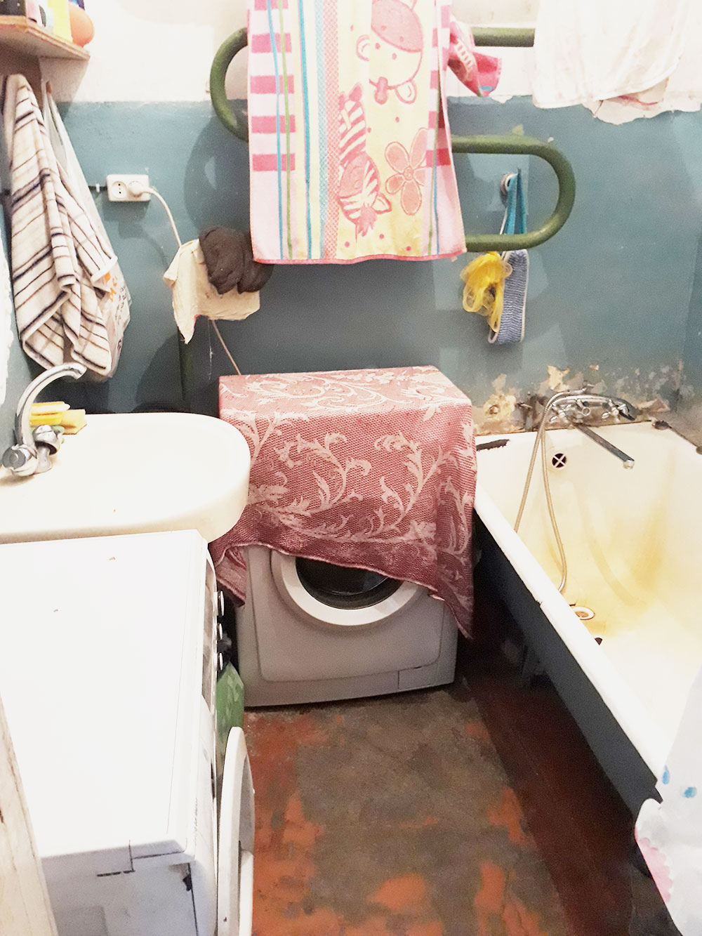 В ванной у нас стояла стиральная машина, как и у соседей из комнаты №3. Женщина из комнаты №2 стирала руками