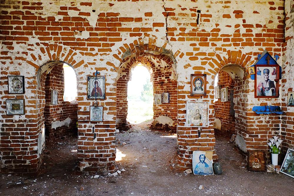 Местные жители развесили иконы в храме и приходят в него молиться