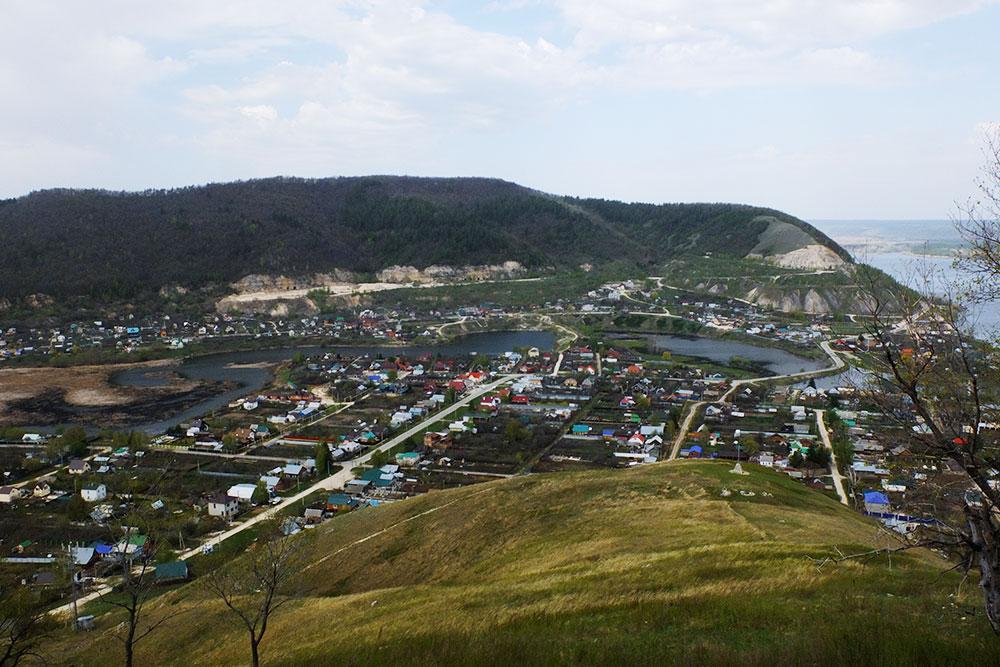 Вид наШиряево сМонастырской горы. Белые участки напротивоположной горе— штольни, вкоторых добывали известняк