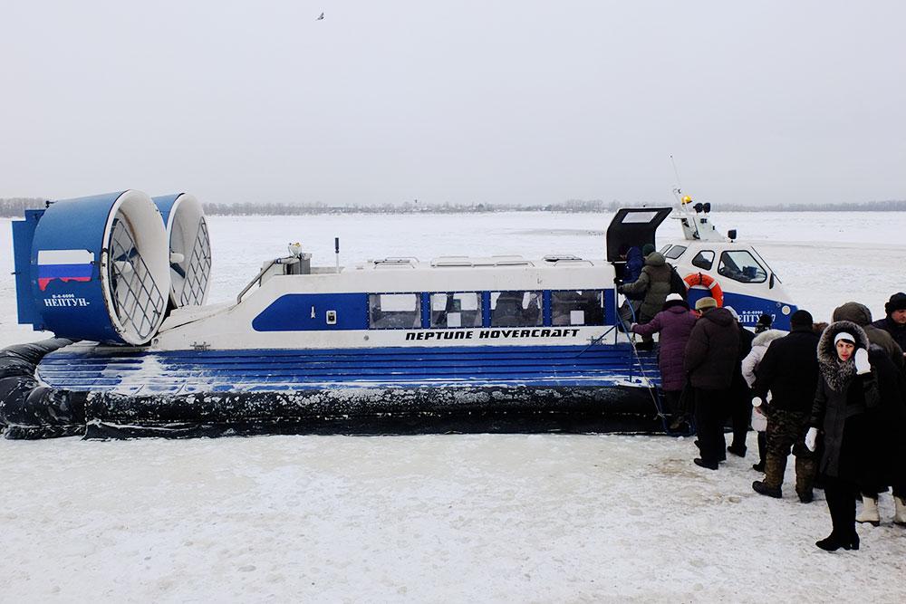 Зимой в&nbsp;Рождествено пассажиров перевозит судно на&nbsp;воздушной подушке. Прокатиться на&nbsp;нем по&nbsp;льду&nbsp;— отдельное развлечение. Взрослый билет стоит 80&nbsp;<span class=ruble>Р</span>
