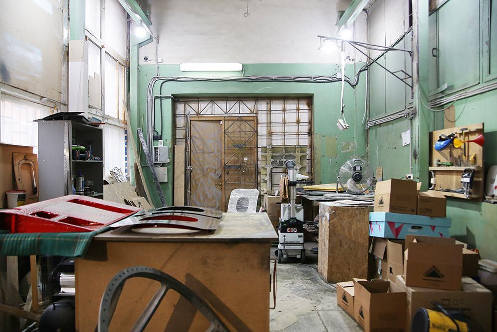 Производственное помещение состоит изцеха соборудованием идвух складов длядеталей