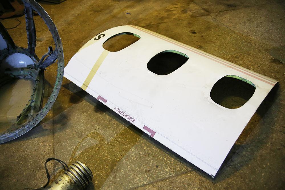 Распиленные части фюзеляжа иприборной доски, готовые кработе